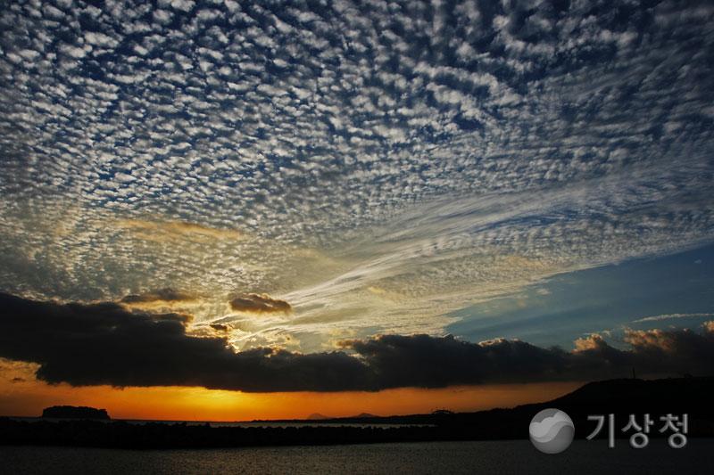 범섬과 양떼구름
