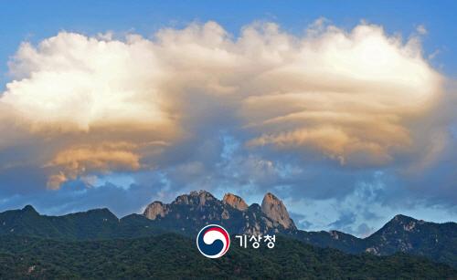 북한산과 렌즈구름
